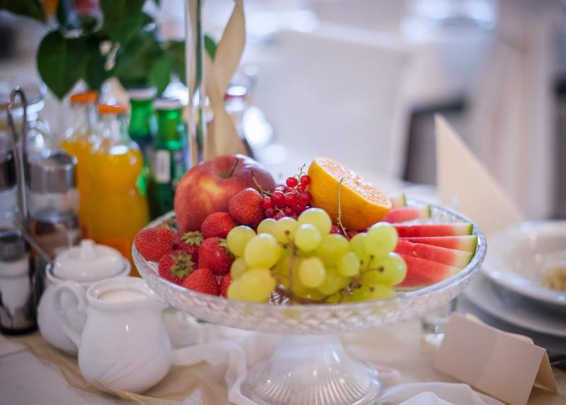 Sala weselna owoce na stołach